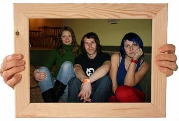 No kreisās: Inese Tikmane, Jānis Altmanis, Alise Pabērza